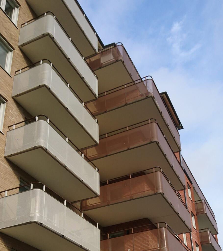 Montal balkongräcken kan fås i en rad olika utföranden. Flera av detaljerna på våra räcken kan anpassas utifrån Era behov och önskemål - välj mellan en rad olika handledartyper, infästningstyper och räckesbeklädnader.