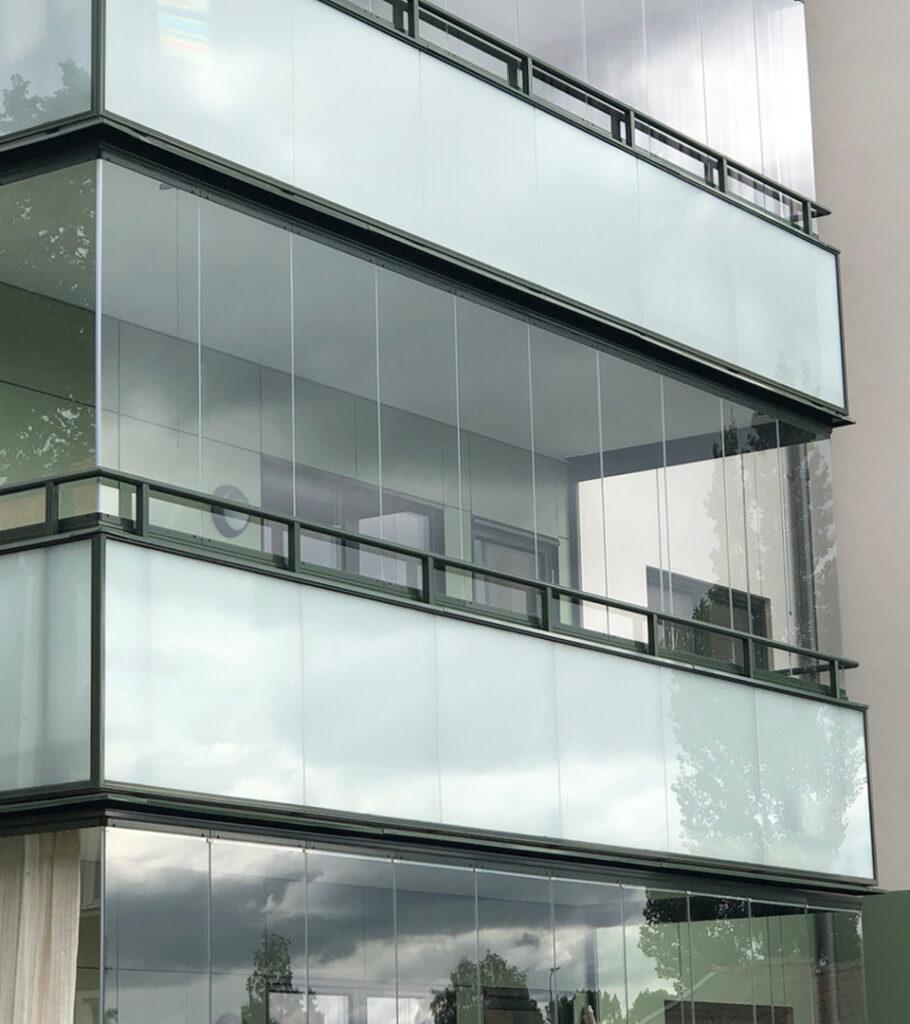 Montal Sky är vårt profillösa skjut-vik system utan vertikala profiler mellan glasen.