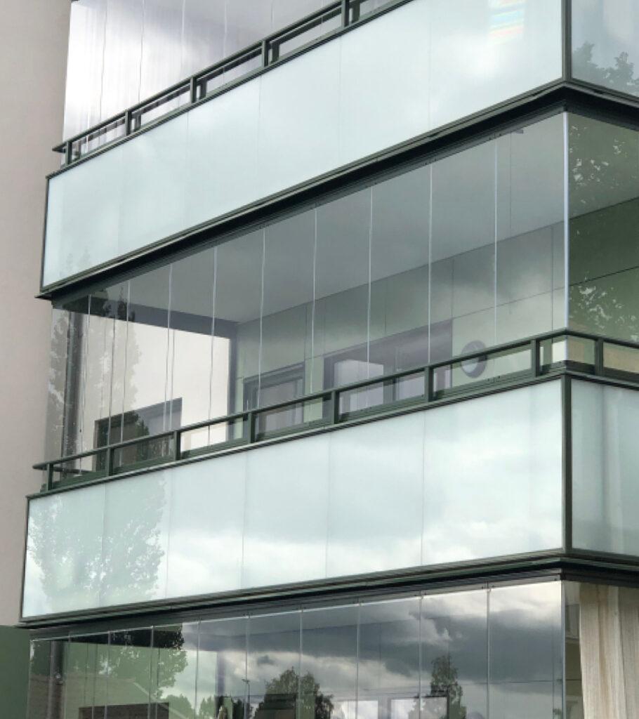 Att glasa in er balkong/uteplats är en klok investering. Inglasningar hos Montal AB.