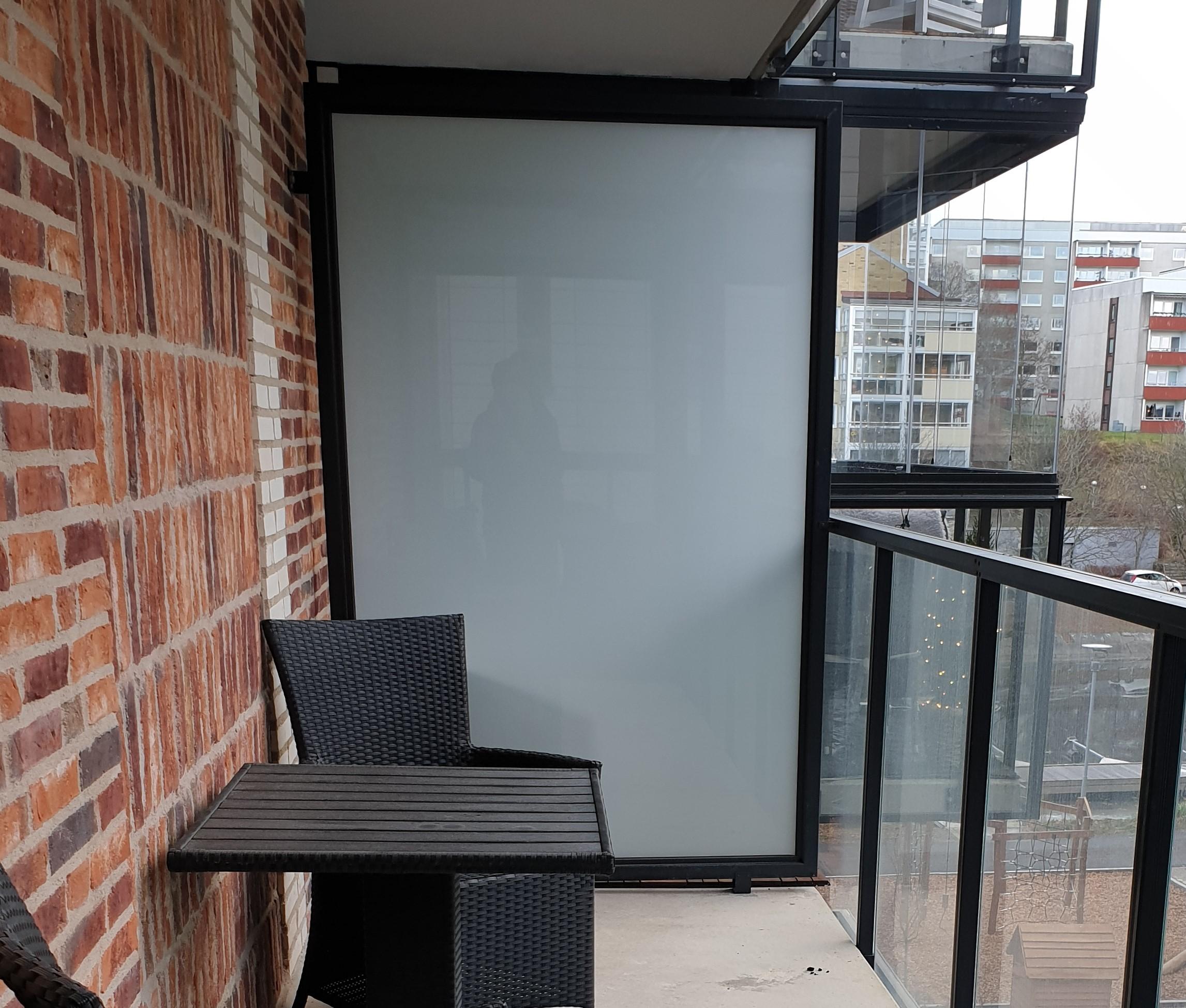 Vår skärmvägg av standardtyp består av en robust aluminiumprofil med fyllning.