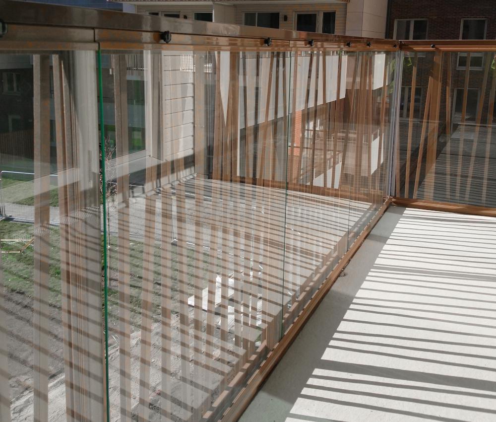 Som komplement till våra inglasningssystem Original eller Sky erbjuder vi Montal Fold fällbara glasluckor som monteras bakom räckesbeklädnaden.